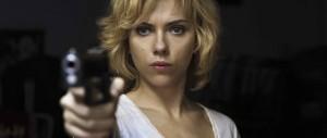 Lucy - Scarlett Johansson, gun