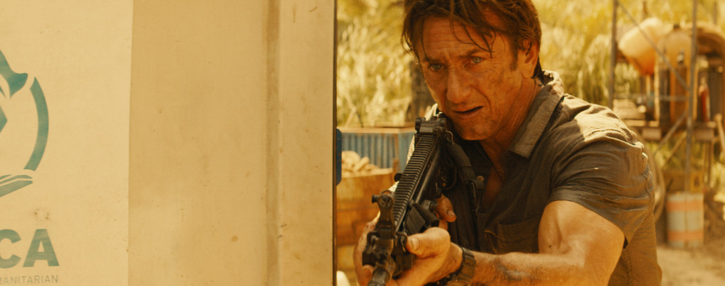 The-Gunman---Sean-Penn,-gun