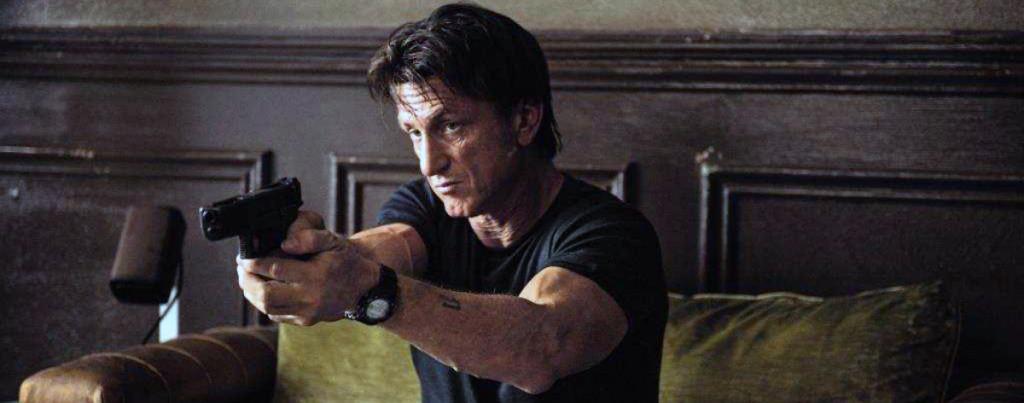 The-Gunman---Sean-Penn,-pistol