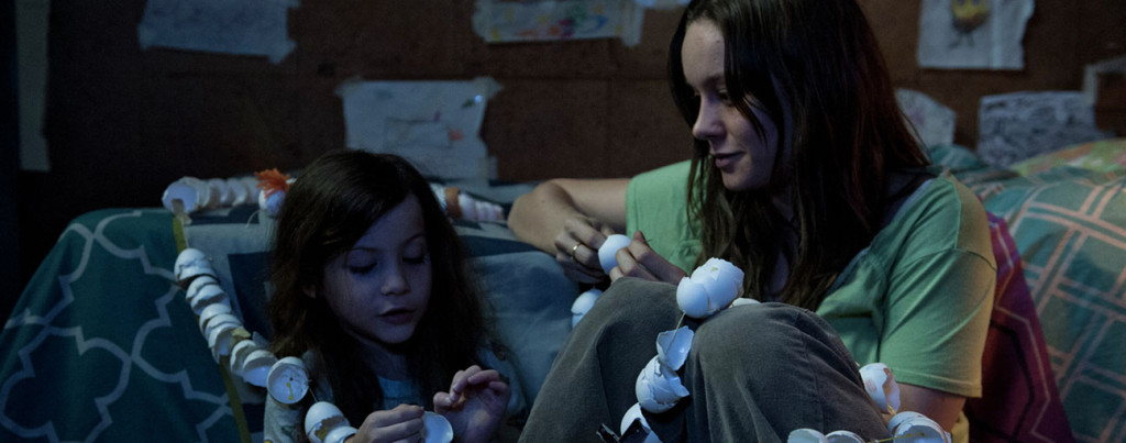 Room---Brie-Larson,-Jacob-Tremblay,-egg-shell-paper-chain