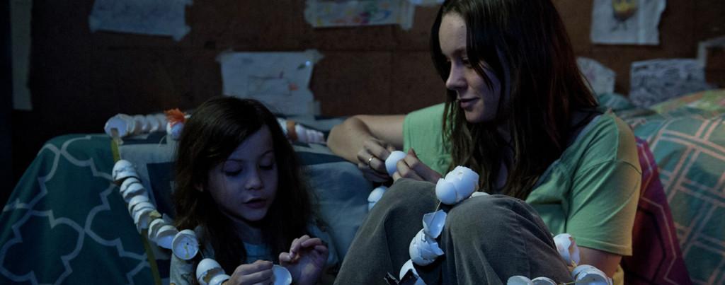 Room---Brie-Larson,-Jacob-Tremblay,-egg-shell-paper-chain