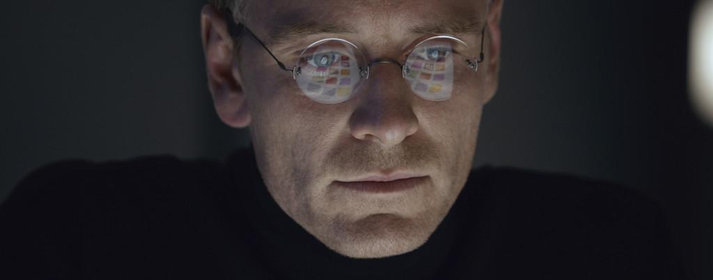 Steve-Jobs---Michael-Fassbender,-glasses,-reflection
